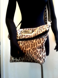 shoppertote_leopard_cutouthandle_foldedhandle