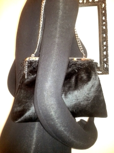 framevelvetclutch_Black_shoulder